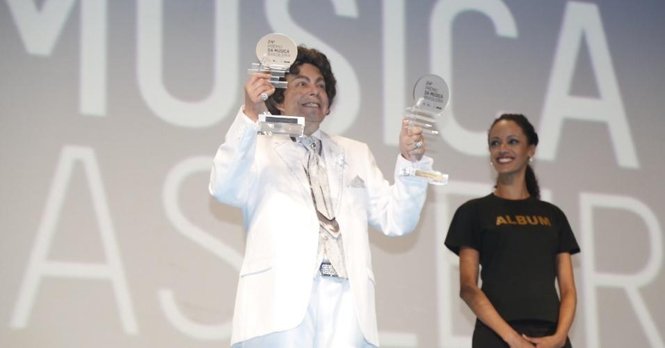 """12.jun.2013 - Aos 82 anos e com mais de 100 discos lançados, Cauby levou o prêmio de melhor cantor e melhor álbum (""""Minha Serenata"""") em duas das mais concorridas categorias da premiação, considerada a mais importante da música brasileira"""