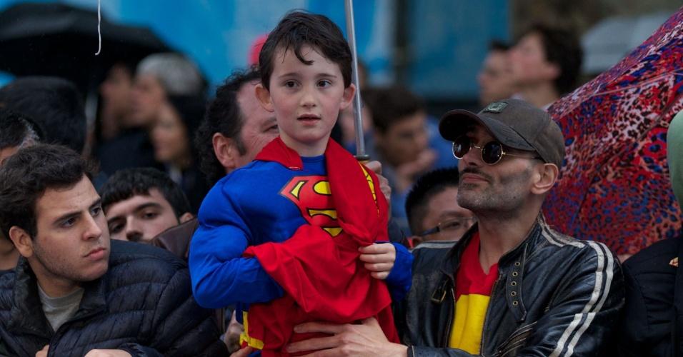 12.jun.2013 - Garotinho se veste de Super-Homem para ver as estrelas de
