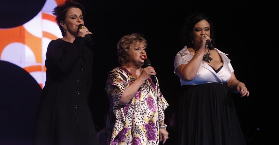 """12.jun.2013 - Leila Pinheiro, Leny Andrade e Tulipa Ruiz cantaram """"Brigas Nunca Mais"""", """"Desafinado"""" e """"Garota de Ipanema"""" no Prêmio da Música Brasileira"""
