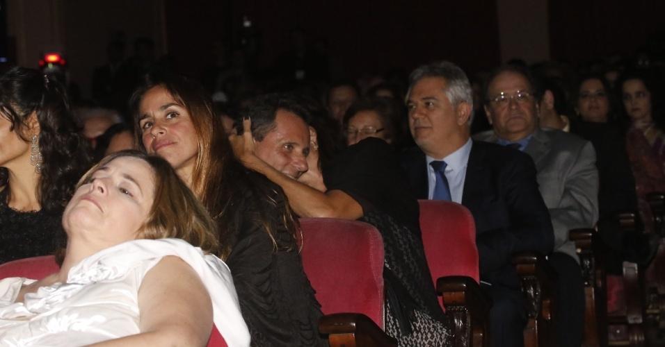 12.jun.2013 - Malu Mader e Tony Bellotto trocam carinhos na plateia do 24º Prêmio da Música Brasileira