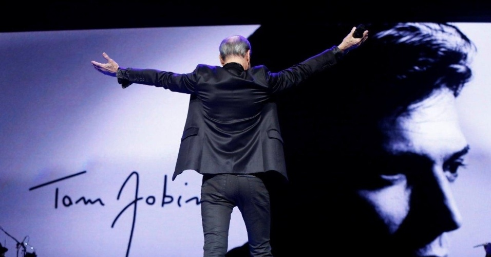 12.jun.2013 - Ney Matogrosso canta em homenagem a Tom Jobim no 24º Prêmio da Música Brasileira, no Theatro Municipal do Rio de Janeiro