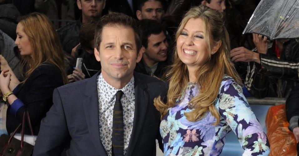 12.jun.2013 - O diretor Zack Snyder e sua mulher, a produtora Deborah Snyder, posam para fotos no tapete vermelho da pré-estreia de