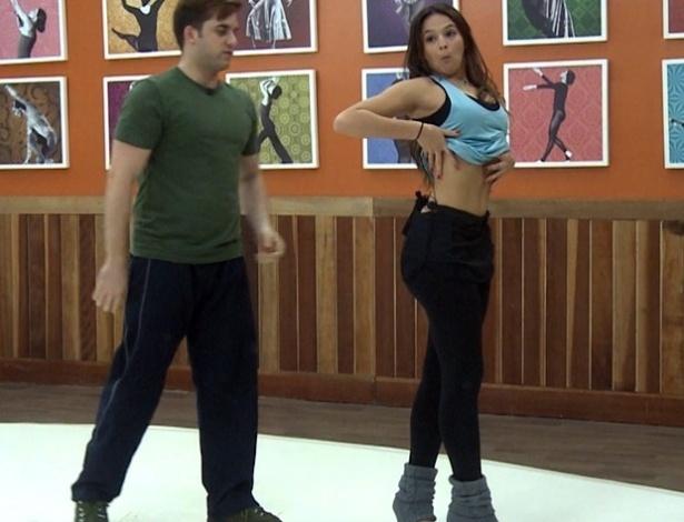 13.jun.2013 - Bruna Marquezine ensaia forró para a