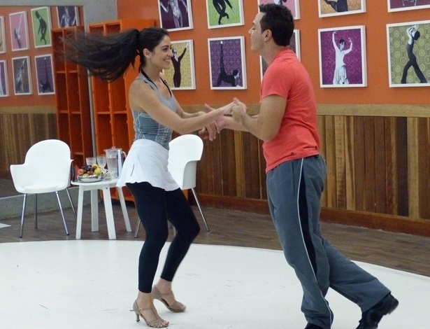 """13.jun.2013 - Carol Castro aparece com novo visual em ensaio da """"Dança dos Famosos"""""""