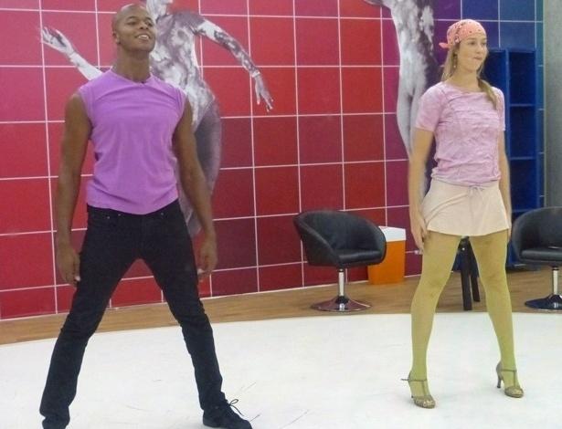 """13.jun.2013 - De meia-calça arrastão, Luana Piovani se diverte em ensaios do """"Dança dos Famosos"""""""