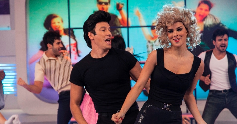 "16.jun.2013 - Rodrigo Faro e a mulher interpretam coreografias do musical ""Grease"""