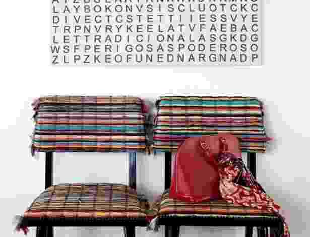 Para ambientar o corredor, o designer Leo di Caprio, usou obras de arte. O espaço de passagem foi mobiliado junto à parede de fundo com um par de cadeiras, da Dpot, feitas de farrapos de seda. Na parede sobre os assentos está a tela de Elida Tessler - Alain Brugier/ Divulgação