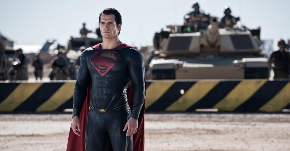 Super Homem (Henry Cavil) em quartel do exército americano