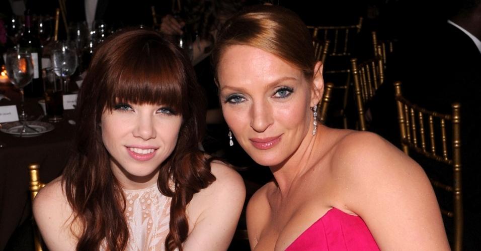 13.jun.2013 - A cantora Carly Rae Jepsen e atriz Uma Thurman jantam juntas na quarta edição do baile de gala Inspiration, da amfAR, em Nova York