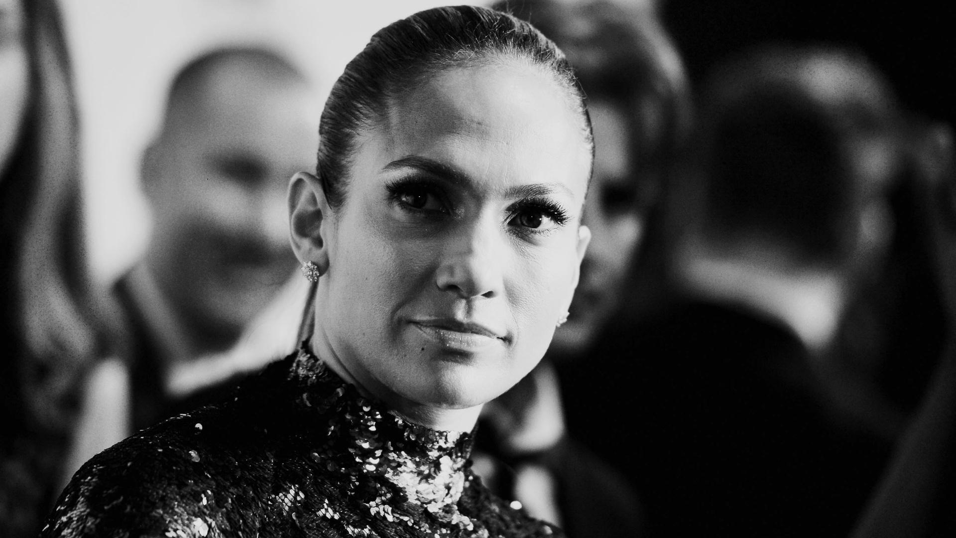 13.jun.2013 - Jennifer Lopez comparece à quarta edição do baile de gala Inspiration, da amfAR, em Nova York. Ela recebeu o prêmio humanitário durante a noite