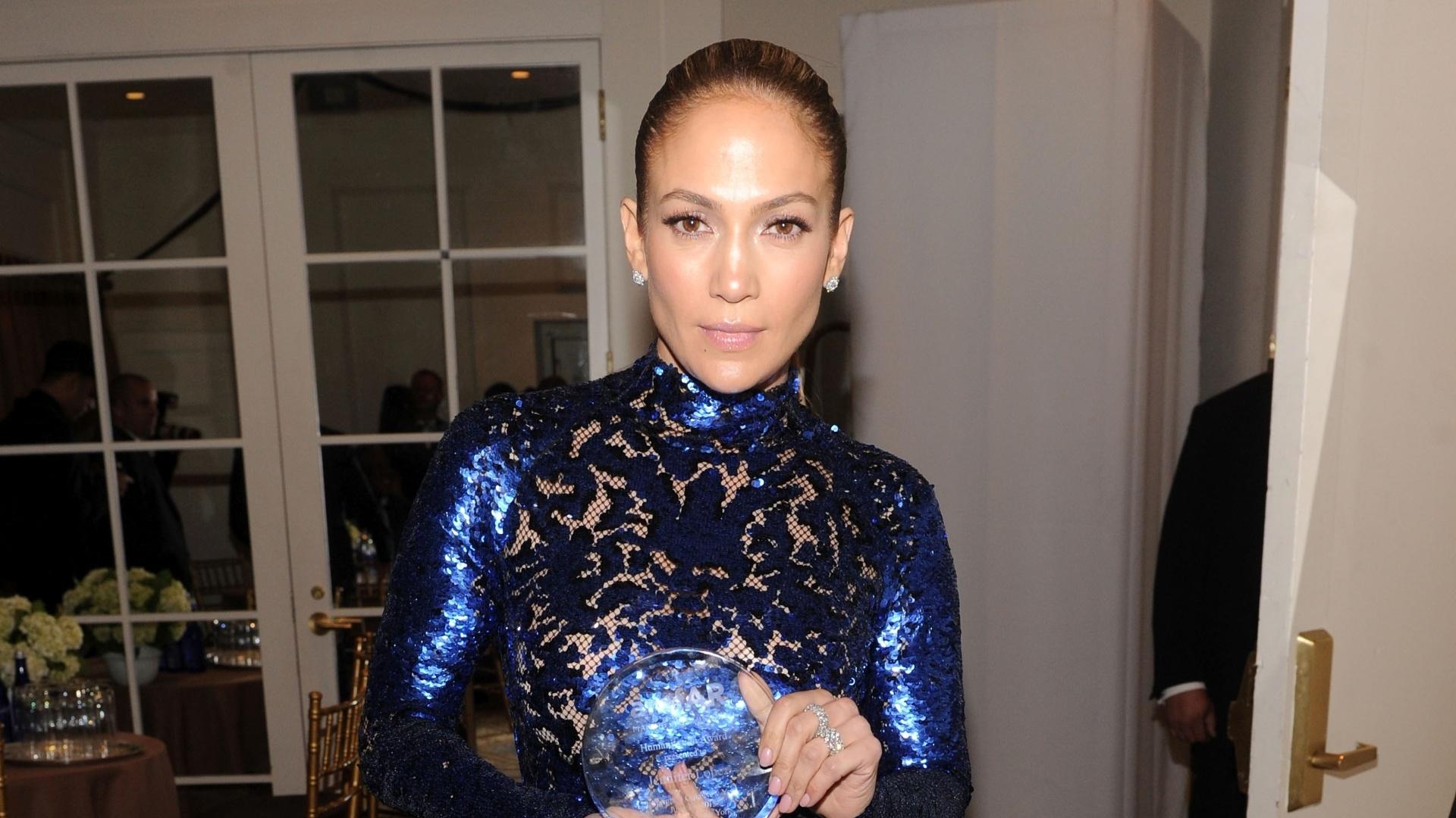 13.jun.2013 - Jennifer Lopez posa para fotos nos bastidores da quarta edição do baile de gala Inspiration, da amfAR, em Nova York. Ela recebeu o prêmio humanitário durante a noite