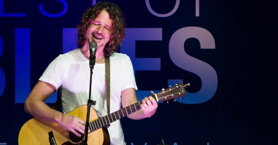 13.jun.2013 - Vocalista do Soundgarden, Chris Cornell entoa os maiores clássicos de sua carreira a som de seu violão folk.