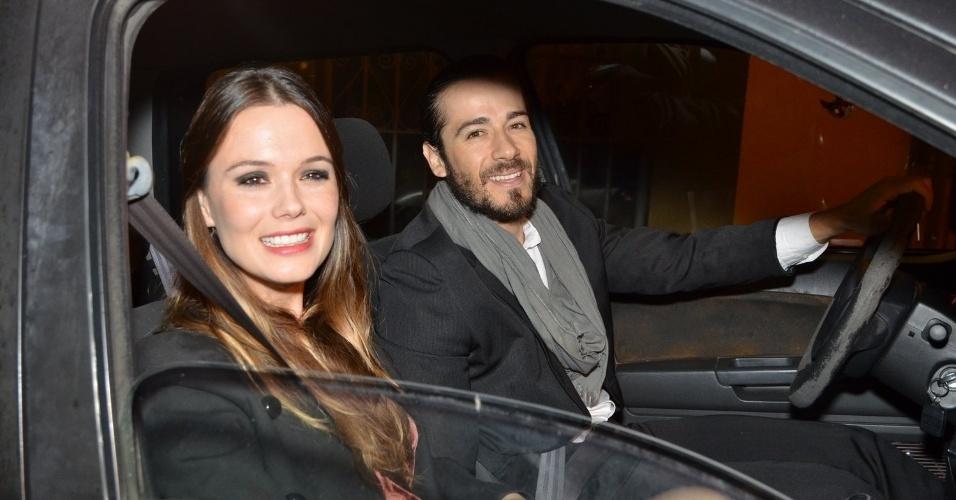 14.jun.2013 -  A atriz Graziella Schmitt  e o namorado, Paulo Leal, foram juntos ao casamento