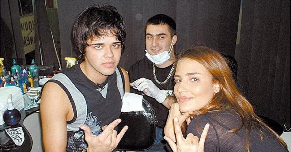 """A top Fernanda Tavares acompanha participante do programa """"Missão MTV"""", fazendo Tatuagem; o rapaz toca em uma banda, e ela o ajuda a ter visual de roqueiro. Ela ficou na emissora entre 2004 e 2005"""