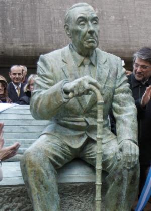 Escultura do escritor argentino Jorge Luis Borges inaugurada no jardim da Biblioteca Nacional, no bairro Recoleta, em Buenos Aires - David Fernández/EFE