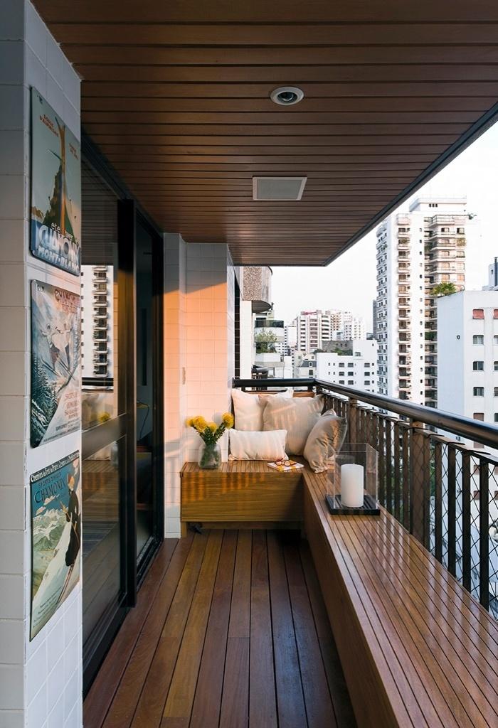 Para a área reduzida do terraço, o arquiteto Diego Revollo - que assina o projeto de reforma do Loft Real Park - encontrou uma solução original: desenhou um banco em