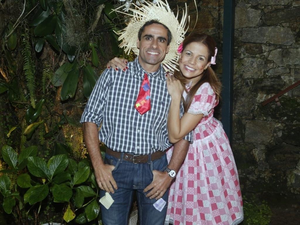 14.jun.2013 - Nívea Stellmann posa com seu companheiro Marcos Vinícius de aliança em festa junina no Rio de Janeiro