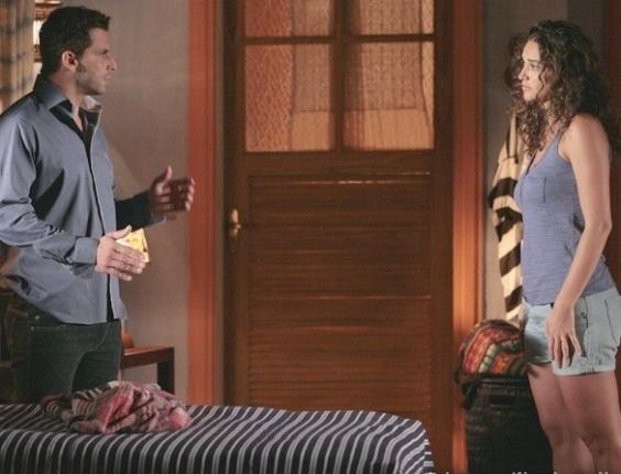 """Em """"Flor do Caribe"""", Taís aconselha Cassiano a riscar Cristal de sua vida"""