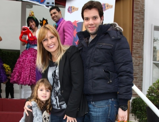 16.jun.2013 - A apresentadora Tina Roma, marido e filha  vão ao aniversário das filhas do apresentador Rodrigo Faro em São Paulo