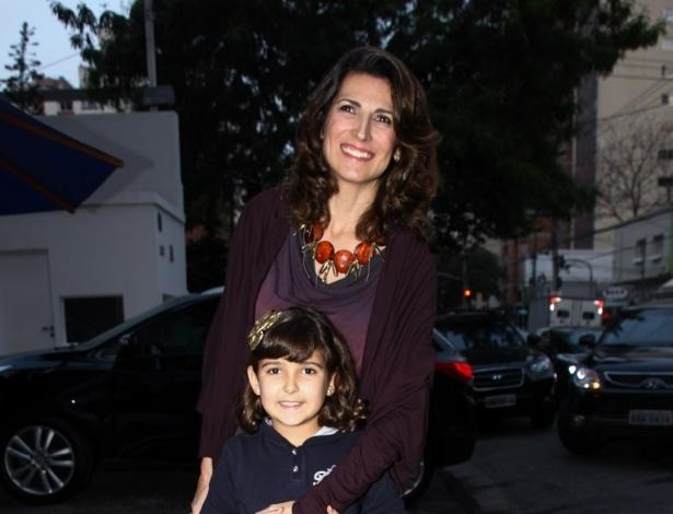 16.jun.2013 - A atriz Jacqueline Dalabona e sua filham chegam ao aniversário das filhas do apresentador Rodrigo Faro em São Paulo