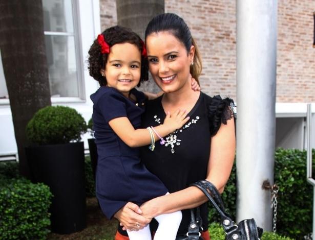 16.jun.2013 - A atriz Luciele Di Camargo e a filha Maria Eduarda chegam ao aniversário das filhas do apresentador Rodrigo Faro em São Paulo
