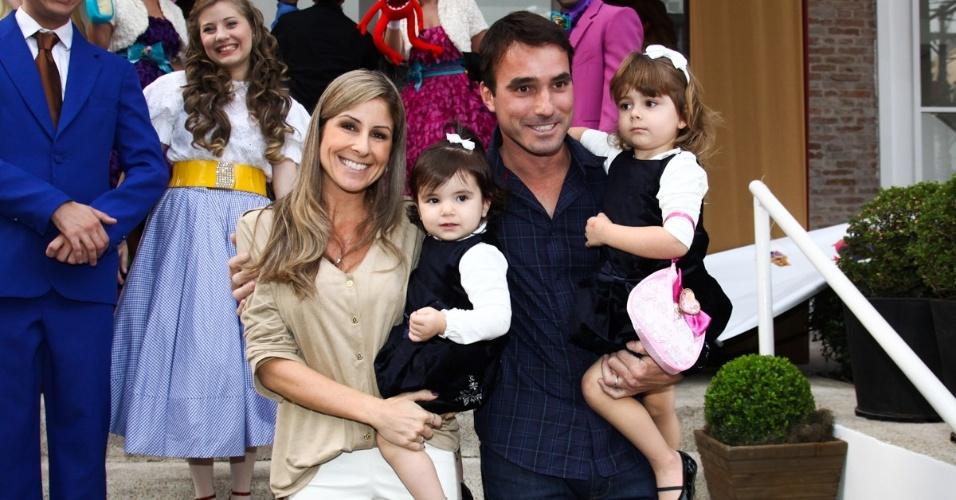 16.jun.2013 - A jornalista Patrícia Maldonado ao lado do marido e filhas chegam ao aniversário das filhas do apresentador Rodrigo Faro em São Paulo
