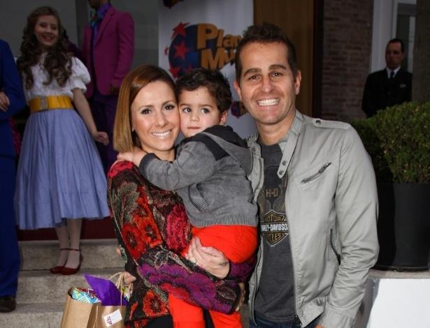 16.jun.2013 - Afonso Nigro, mulher e filho vão ao aniversário das filhas do apresentador Rodrigo Faro em São Paulo
