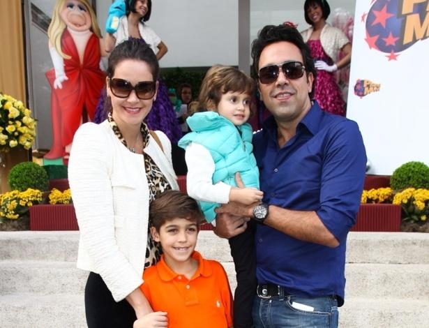 16.jun.2013 - Agatha Félix ao lado  de namorado e filhos chega ao aniversário das filhas do apresentador Rodrigo Faro em São Paulo