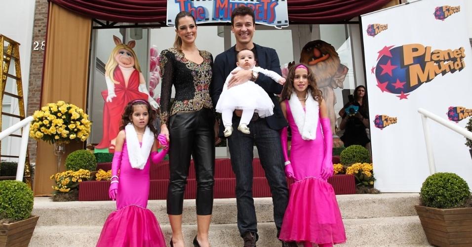 16.jun.2013 - Ao lado da mulher, Vera Viel, Rodrigo Faro comemora aniversário das filhas em São Paulo