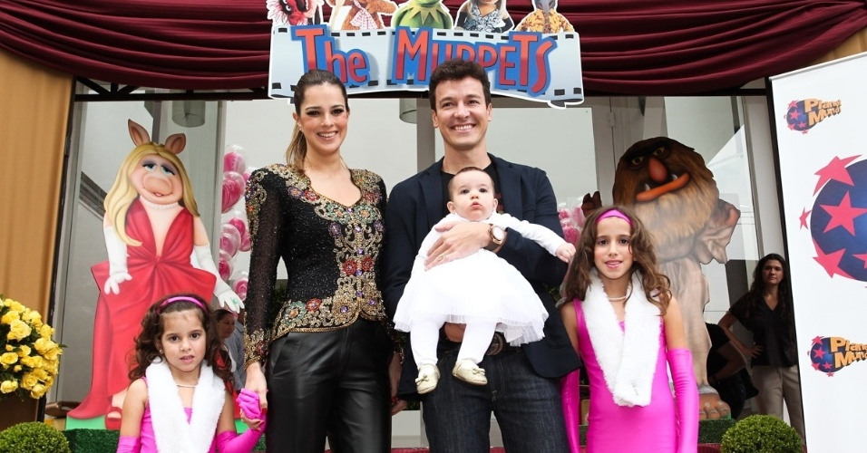 16.jun.2013 - Ao lado da mulher, Vera Viel, Rodrigo Faro comemora aniversário das filhas Clara e Maria em São Paulo