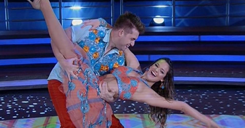 """16.jun.2013 - Bruna Marquezine e Átila Amaral dançam """"Xote das meninas"""", de Luiz Gonzaga, na noite forró na """"Dança dos Famosos"""""""