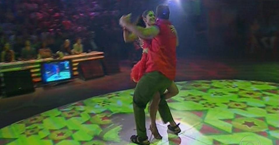 """16.jun.2013 - Carol Castro e Leandro Azevedo dançam 'Vida de Viajante', de Luiz Gonzaga, na noite forró na """"Dança dos Famosos"""""""