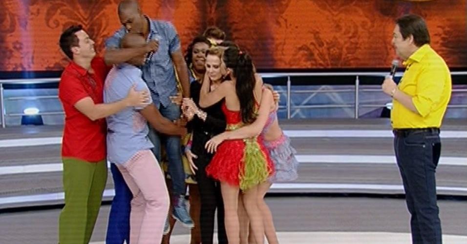"""16.jun.2013 - Competidores da """"Dança dos Famosos"""" abraçam Bia Seidl que não se apresentou, pois fraturou duas costelas"""