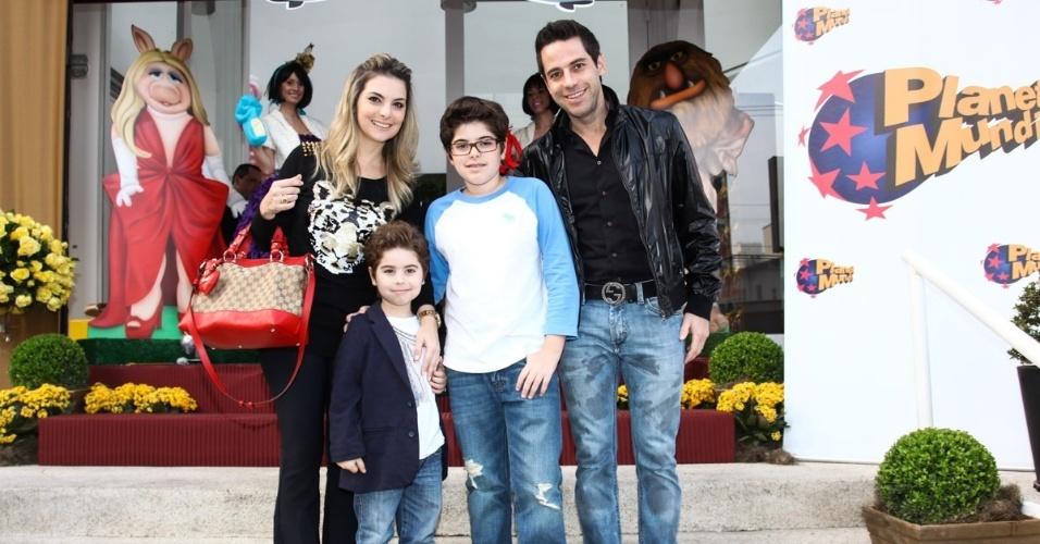 16.jun.2013 - Karian Fridman ao lado de marido e filhos vão ao aniversário das filhas do apresentador Rodrigo Faro em São Paulo