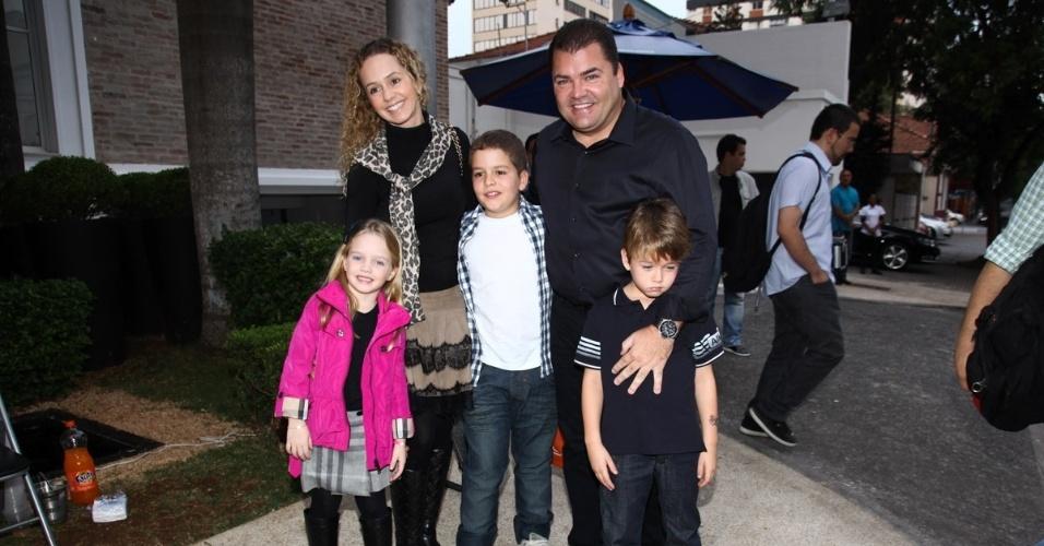 16.jun.2013 - Marcos e Débora Quintela chegam ao aniversário das filhas do apresentador Rodrigo Faro em São Paulo