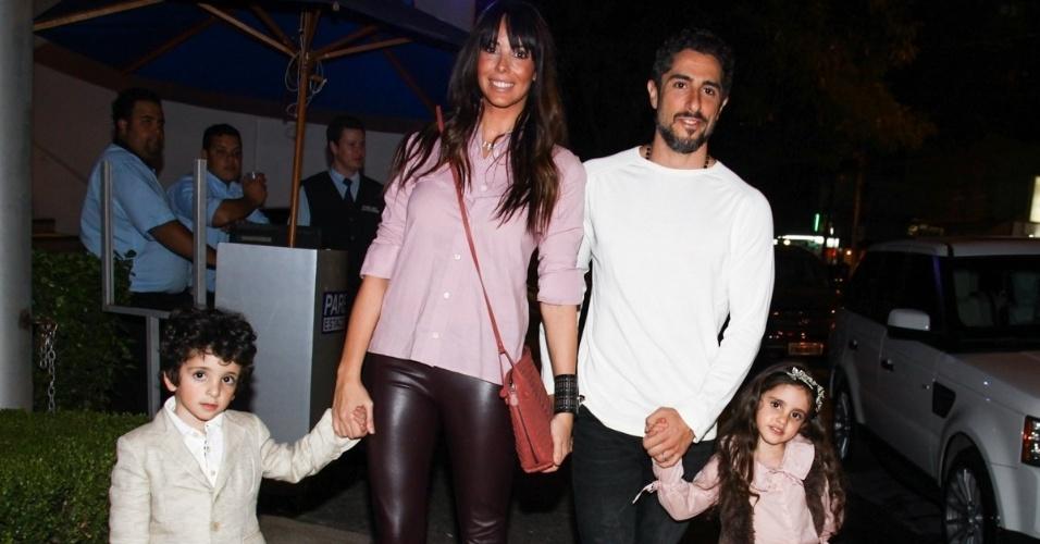 16.jun.2013 - Marcos Mion, sua mulher e seus filhos Suzana Gullo vão ao aniversário das filhas do apresentador Rodrigo Faro em São Paulo