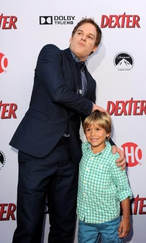 """16.jun.2013 - Michael C. Hall posa para foto com Jadon Wells, seu filho na série """"Dexter"""", que chega a última temporada"""