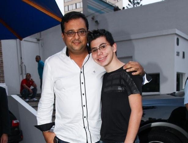 16.jun.2013 - O apresentador Geraldo Luís e seu filho vão ao aniversário  das filhas do apresentador Rodrigo Faro em São Paulo