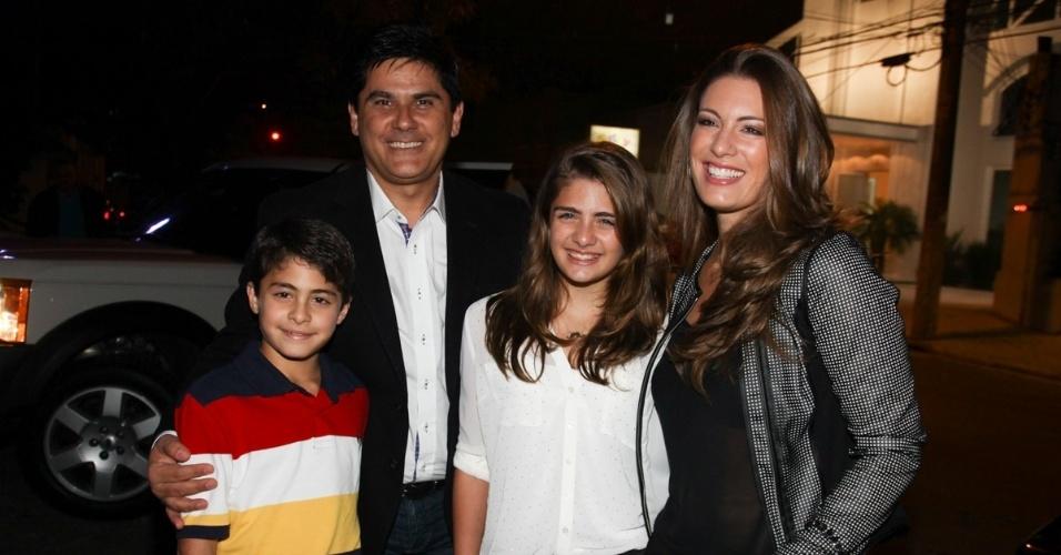 16.jun.2013 - O jornalista César Filho e sua mulher Eliane Michelli levam os filhos ao aniversário das filhas do apresentador Rodrigo Faro em São Paulo