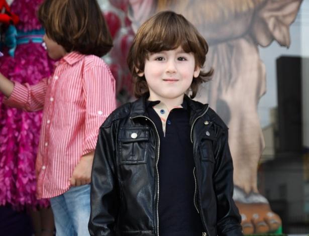 16.jun.2013 - Pietro Mesquita, filho de Otávio Mesquita, posa para foto ao chegar ao aniversário das filhas do apresentador Rodrigo Faro em São Paulo