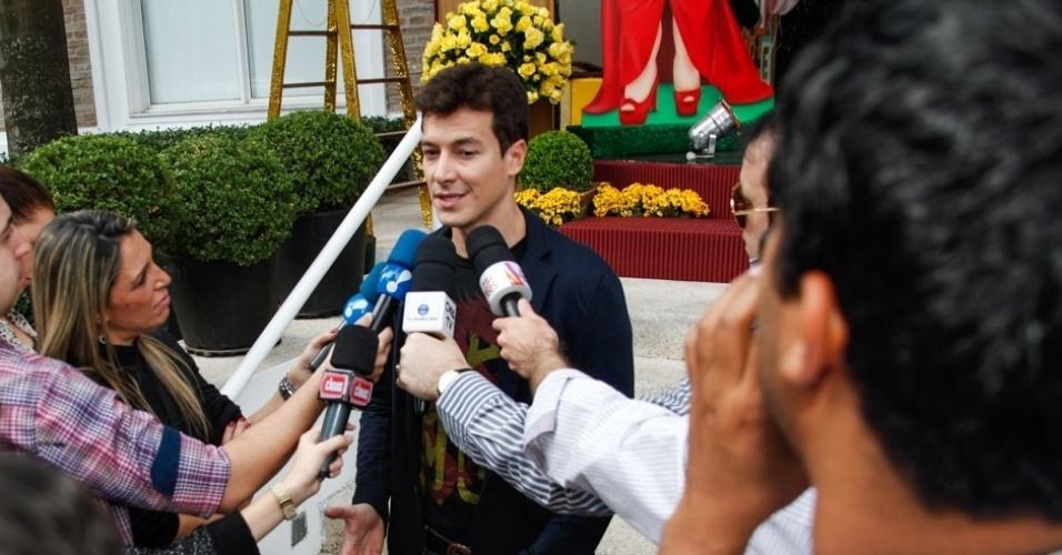 16.jun.2013 - Rodrigo Faro atende a imprensa na festa de aniversário das filhas Clara e Maria, em Moema, São Paulo