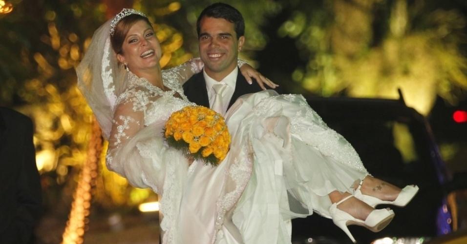 14.jun.2013 - A atriz Bárbara Borges casou no Rio de Janeiro, com o empresário Pedro Delfino. A noiva optou por um vestido longo de estilo romântico e mangas de renda