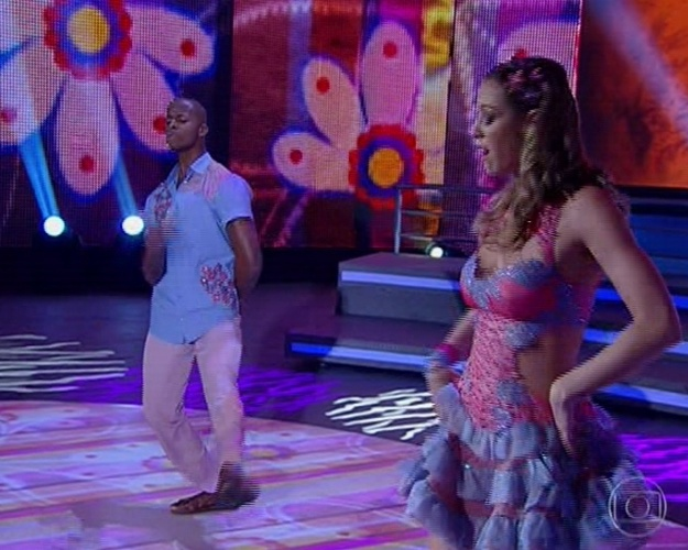 """16.jun.2013 - Luana Piovani e Wagner Santos dançam """"Paraíba"""", de Luiz Gonzaga, na noite forró na """"Dança dos Famosos"""""""