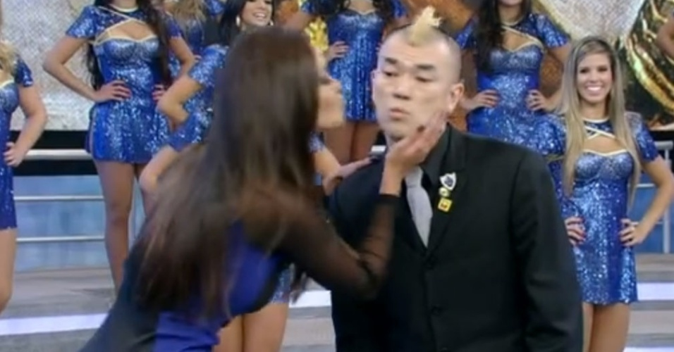 No final da apresentação, o humorista Hiro-Pon pediu um beijo no rosto da assistente de palco