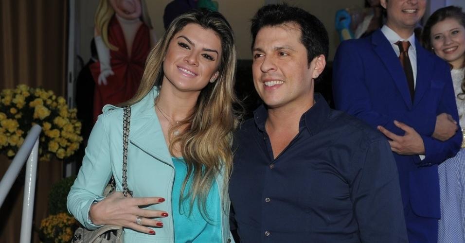 16.jun.2013 - A apresentadora Mirella Santos e humorista Ceará posam na festa de aniversário das filhas do apresentador Rodrigo Faro em São Paulo