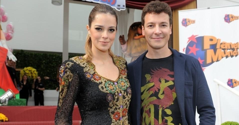 16.jun.2013 - O apresentador Rodrigo Faro posa com a mulher Vera Viel na festa de aniversário de suas filhas mais velhas em um bufê em São Paulo