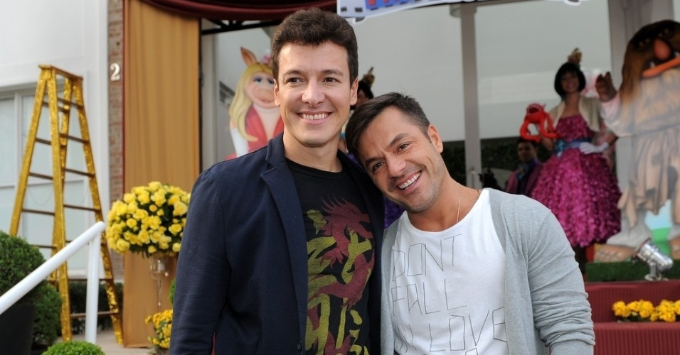 16.jun.2013 - O apresentador Rodrigo Faro posa com o irmão Danilo Faro na festa de aniversário de suas duas filhas mais velhas em um bufê em São Paulo