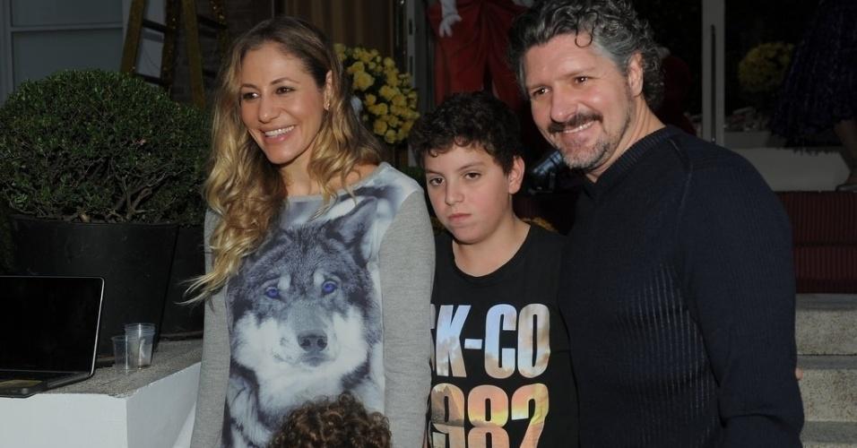 16.jun.2013 - O ator Fábio Villaverde posa com a família na festa de aniversário das filhas do apresentador Rodrigo Faro em São Paulo