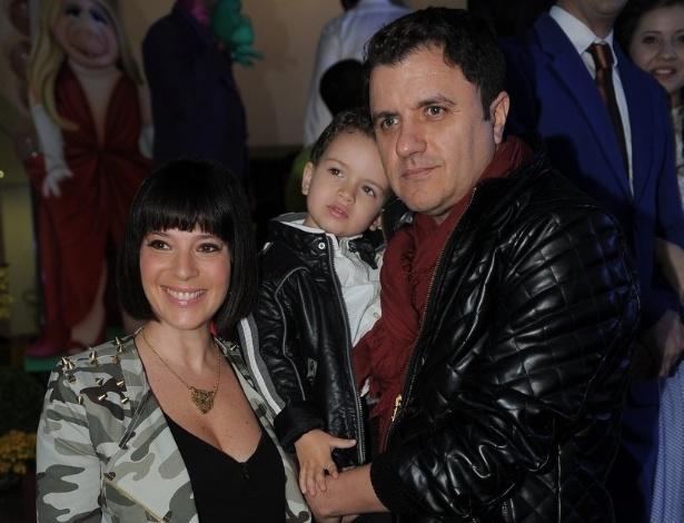 16.jun.2013 - O cantor Maurício Manieri posa com a mulher Izabelle Stein e o filho Marco na festa de aniversário das filhas do apresentador Rodrigo Faro em São Paulo