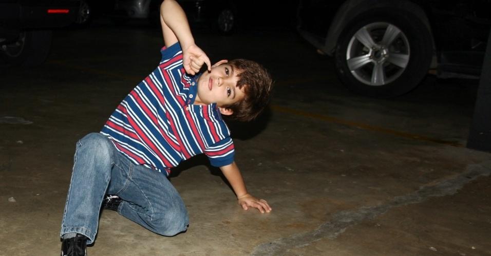16.jun.2013 - Rodrigo Silva, filho do apresentador Fausto Silva, faz pose para os fotógrafos na festa de aniversário das filhas do apresentador Rodrigo Faro em São Paulo